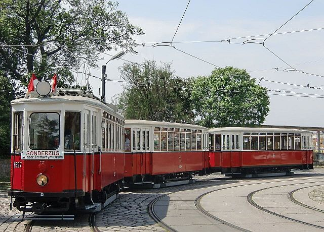 Dreiwagenzug wartet in Schleife