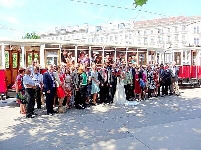 Hochzeitsgesellschaft mit Straßenbahn