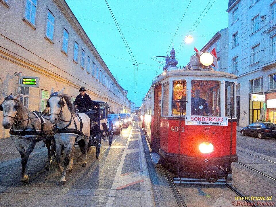 Oldtimer-Straßenbahn in Wien neben Fiaker